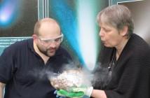 Prof. Małgorzata Królikowska-Sołtan i Paweł Z. Grochowalski (CBK PAN) ze świeżo wykonaną kometą / Credits: CBK PAN
