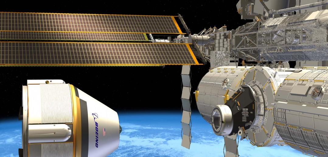 Wizja artystyczna kapsuły Boeing CST-100 podchodzącej do dokowania do stacji kosmicznej / Credits: Boeing
