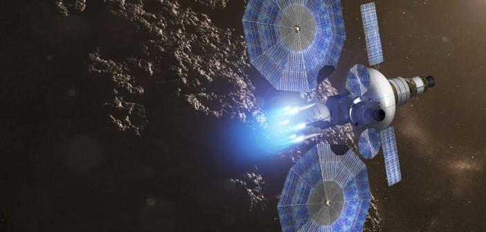 Załogowy statek kosmiczny zbliżający się do asteroidy, zasilany okrągłymi panelami MegaFlex