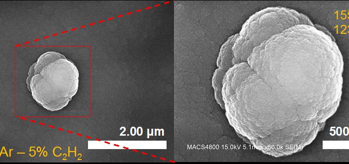 Dwa powiększenia cząstki pyłu kosmicznego odtworzonej w komorze COSmIC, wykonane skaningowym mikroskopem elektronowym
