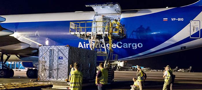 Wyładunek dwóch kontenerów z satelitami Galileo FOC z samolotu transportowego