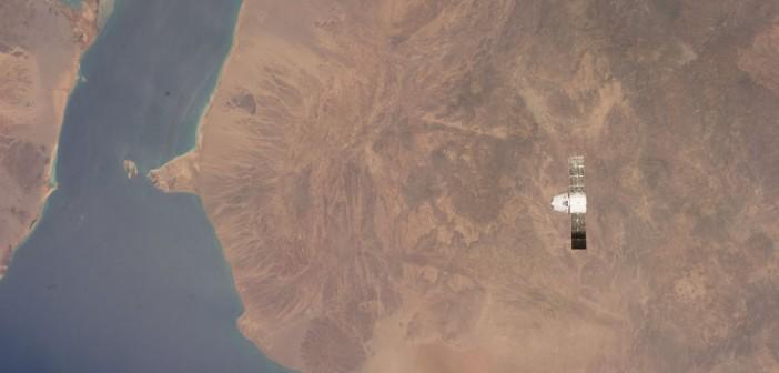 Dragon CRS-3 podchodzący do ISS, 20 kwietnia 2014. W tle: Zatoka Adeńska i Morze Czerwone / Credits: NASA, domena publiczna