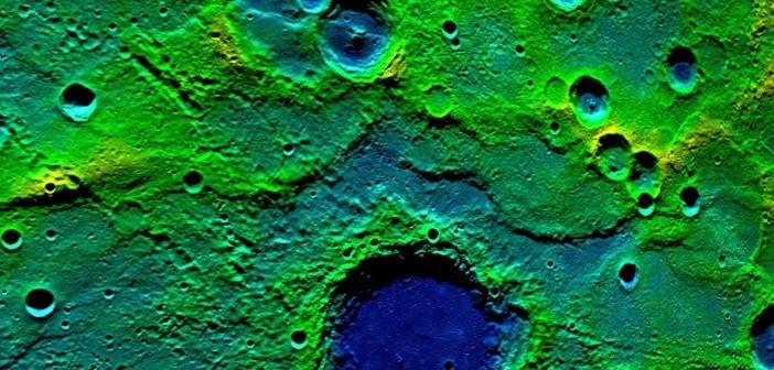 """Powierzchnia Merkurego przedstawiająca 540 kilometrowy pas tzw. """"fold-and-thrust"""", obejmujący długi obszar kraterów i uskoków. Kolor niebieski przedstawia tereny niżej położone, a żółto-zielony, obszary wyższe."""