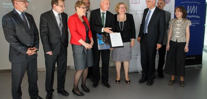 Uczestnicy podpisania umowy na budowę 3 polskich anten sieci LOFAR / Credits: LOFAR-POLFAR