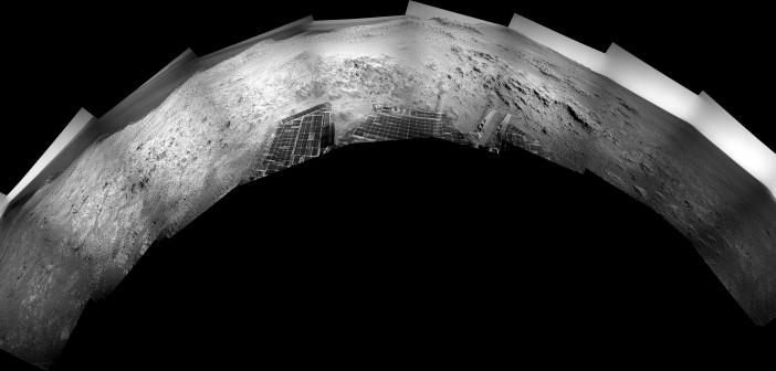 Półpanorama ze zdjęć z kamery nawigacyjnej łazika Opportunity, wykonanych w trakcie sol 3691 / Credits: NASA-JPL