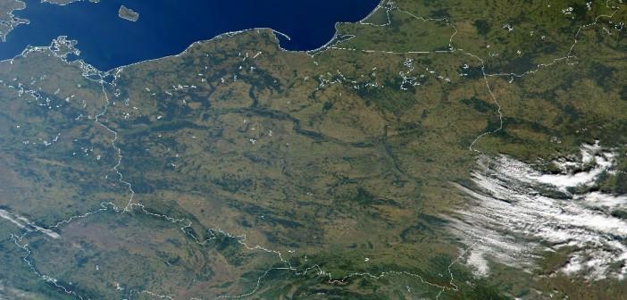 Polska z przestrzeni kosmicznej (obraz na podstawie danych z instrumentu MODIS - 30 września 2000) / Źródło: NASA