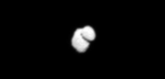 Interpolowane zdjęcie jądra komety 67P z kamery OSIRIS sondy Rosetta, 14 lipca 2014 / Credit: ESA/Rosetta/MPS for OSIRIS Team MPS/UPD/LAM/IAA/SSO/INTA/UPM/DASP/IDA