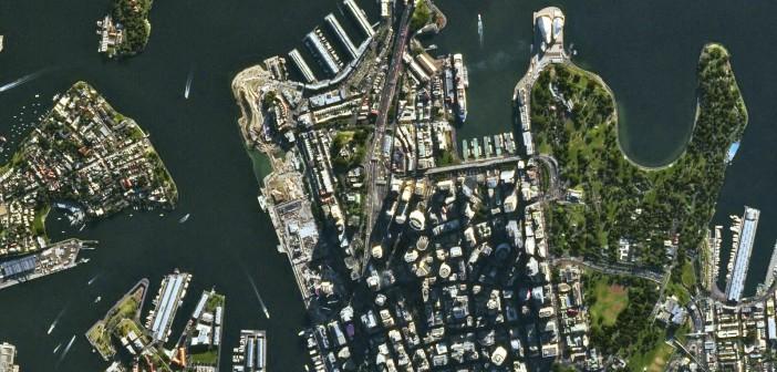 Fragment zatoki Port Jackson, popularnie zwanej zatoką Sydney, nad którą położone jest miasto Sydney. Widoczny most Sydney Harbour i charakterystyczny dach opery w Sydney / Credits: © Airbus DS/Spot Image (2014)