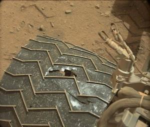 Uszkodzenie jednego z kół Curiosity / Credits - NASAJPL-Caltech/MSSS