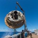 Wyciąganie demonstratora LDSL na pokład statku / Credits: NASA