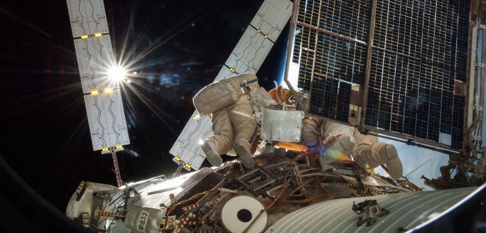 Kosmonauci rosyjscy w trakcie prac w ramach spaceru EVA-39. Źródło: NASA