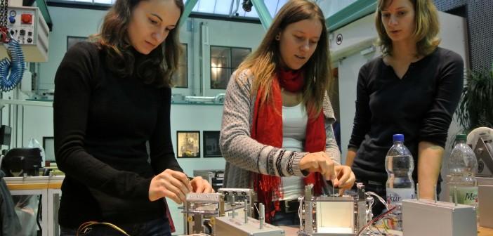 Drop your Thesis! 2012 - dzień 1. - zespół GAGa DropT w trakcie montażu eksperymentu, 26 listopada 2012