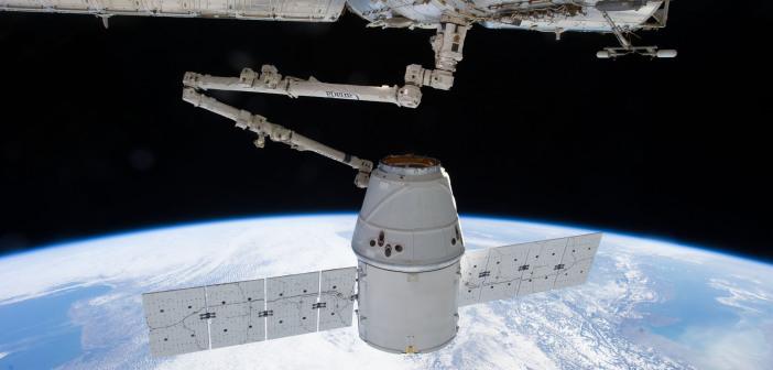 Dragon przechwycony przez ramię SSRMS