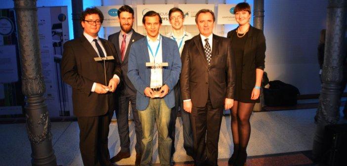 Polscy zwycięzcy edycji regionalnej (po środku) i nagrody specjalnej DLR (po lewej)