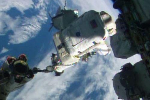 Astronauta Alexander Gerst na manipulatorze CanadArm2 / Źródło: NASA TV