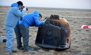 Kapsuła powrotna misji Chang'e 5-T1 po lądowaniu / Credits: Xinhua