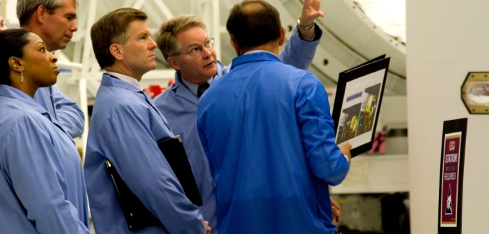 Od środka od lewej: gubernator Wirginii McDonnell, prezes firmy Orbital David Thompson, i Les Kovacs, menadżer kosmodromu z ramienia OSC