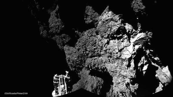 Pierwsze zdjęcie 67P z kamer CIVA lądownika Philae / Credit: ESA
