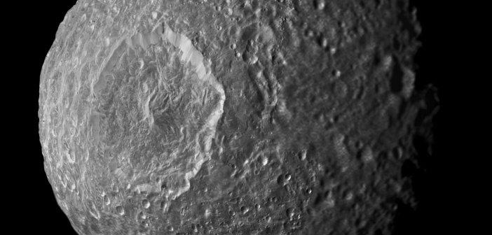 Mimas - mozaika zdjęć wykonanych przez Cassini podczas przelotu w 2010 roku / Credits - NASA/JPL-Caltech/Space Science Institute