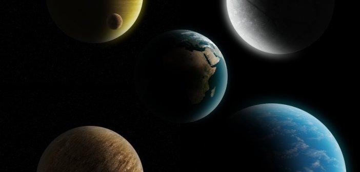 """Różne typu egzoplanet, które czekają na odkrycie: gazowe giganty z dużymi egzoksiężycami, lodowe globy, jałowe skaliste obiekty, """"super-Ziemie"""" z głębokim oceanem oraz (w środku) Ziemia. Planety nie są w skali w porównaniu z Ziemią / Credits - K. Kanawka, Kosmonauta.net"""