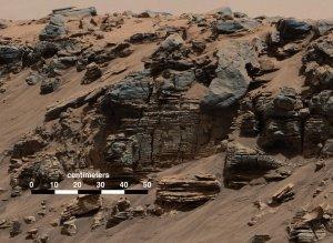 Przykładowa formacja skalna z wieloma warstwami, badana przez MSL / Credits -  NASA/JPL-Caltech/Imperial College
