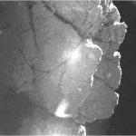 """Fragment otoczenia Philae, nawis nazwany """"Perihelion Cliff"""" - zdjęcie z kamery CIVA przedstawione na AGU 2014"""