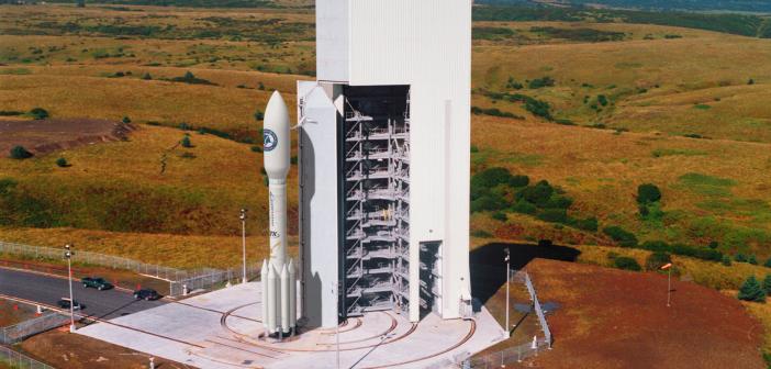 Widok rakiety Athena IIS na stanowisku startowym kosmodromu Kodiak