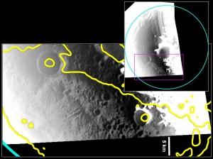 Wnętrze krateru Prokofjew. Jasny obszar optycznie odpowiada także jasnemu obszarowi w obserwacjach radarowych (obszar zaznaczony żółtą linią), co sugeruje obecność lodu na powierzchni wnętrza krateru / Credits - NASA/Johns Hopkins University Applied Physics Laboratory/Carnegie Institution of Washington