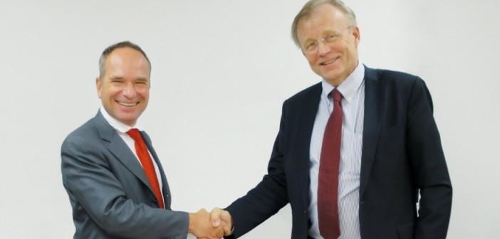Dyrektorzy wykonawczy firm Ruag (Urs Breitmeier, z lewej) i Patria (Heikki Allonen)