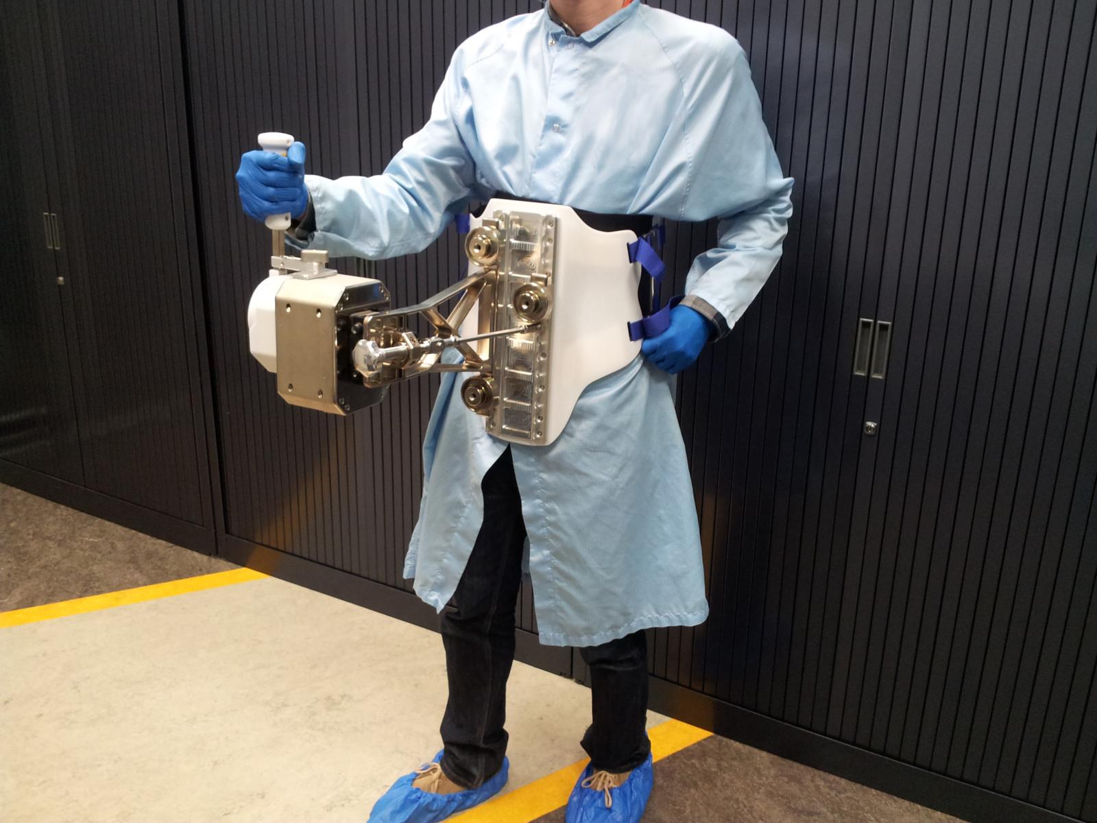 Manipulator Haptics-1 zamontowany na uprzęży operatora / Credit: ESA