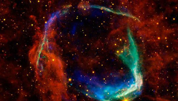 Kompozytowy obraz RCW 86. Kolor czerwony i żółty odpowiada obserwacjom w podczerwieni z teleskopów Spitzer i WISE, zaś kolory niebieskie i zielone to obserwacje rentgenowskie z obserwatoriów Chandra i XMM / Credits - NASA, ESA, Caltech