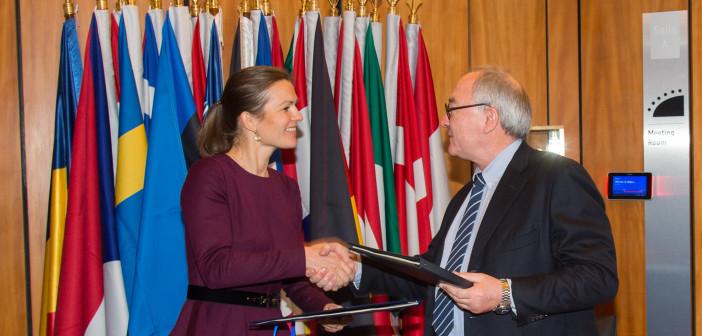 Anne Sulling i Jean-Jacques Dordain przekazują sobie podpisane dokumenty akcesyjne, 4 lutego 2015