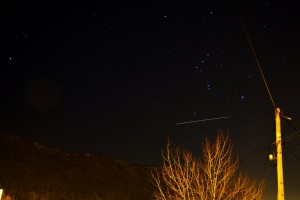 ATV-5 (słabszy ślad) oraz ISS (jaśniejszy ślad) nad Bergen w Norwegii - przelot z 14.02.2015 / Credits - K. Kanawka, kosmonauta.net