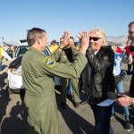 Mark Stucky po pierwszym locie z napędem w kwietniu 2013. Po prawej Richard Branson / Credits - Virgin Galactic