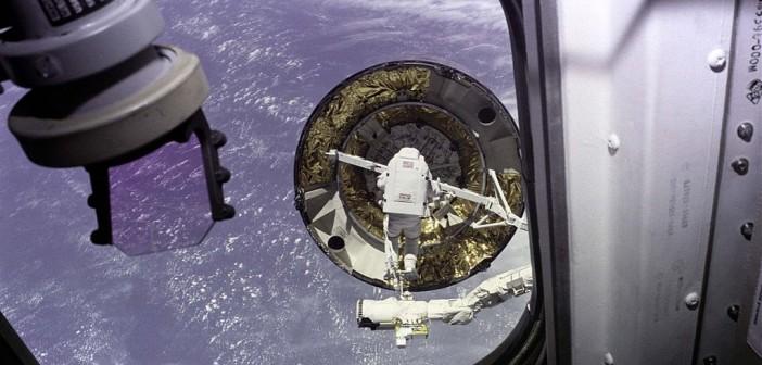 Próba przechwycenia satelity Intelsat VI przez załogę promu Endeavour. Na manipulatorze RMS widoczny specjalista misji Pierre Thuout, 16 maja 1992