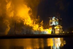 Testowe odpalenie silnika RS-25 dla rakiety SLS / Credits: NASA