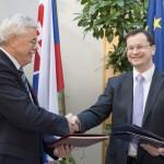 Szef gabinetu dyrektora generalnego ESA Karlheinz Kreuzberg i minister edukacji, nauki, badań i sportu Słowacji, Juraj Draxler