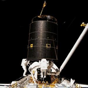 Trzech członków załogi STS-49 (Richard Hieb, Thomas Akers, Pierre Thuout) tuż po udanej próbie przechwycenia 4,5-tonowego satelitę Intelsat 603, 13 maja 1992