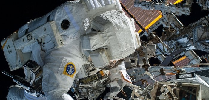 Astronauta Terry Virts w czasie pracy na zewnątrz stacji ISS / Credits: Samantha Cristoforetti/ESA/NASA