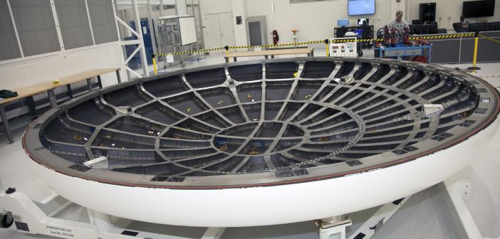 Osłona termiczna statku Orion w budynku eksploatacji i testowania w KSC