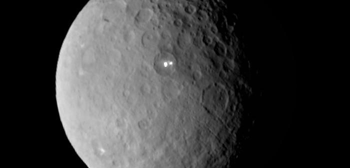 Obraz z 19 lutego 2015 - widoczny krater z bardzo jasnym fragmentem powierzchni / Credits - NASA/JPL-Caltech/UCLA/MPS/DLR/IDA