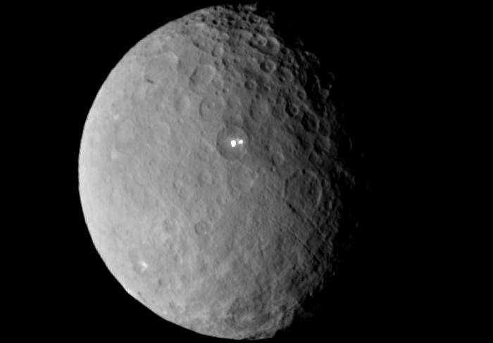 Obraz z 19 lutego 2015 - widoczny krater Occator z bardzo jasnym fragmentem powierzchni / Credits - NASA/JPL-Caltech/UCLA/MPS/DLR/IDA