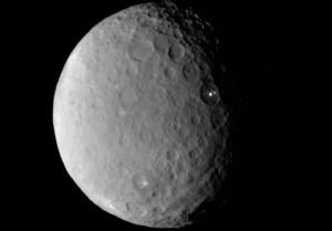 Inne spojrzenie na jasne szczegóły wewnątrz jednego z kraterów Ceres / Credits - NASA/JPL-Caltech/UCLA/MPS/DLR/IDA
