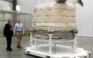 William Gerstenmaier (NASA) i Jason Crusan (NASA) oglądają moduł BEAM firmy Bigelow, 12 marca 2015 / Credit: NASA