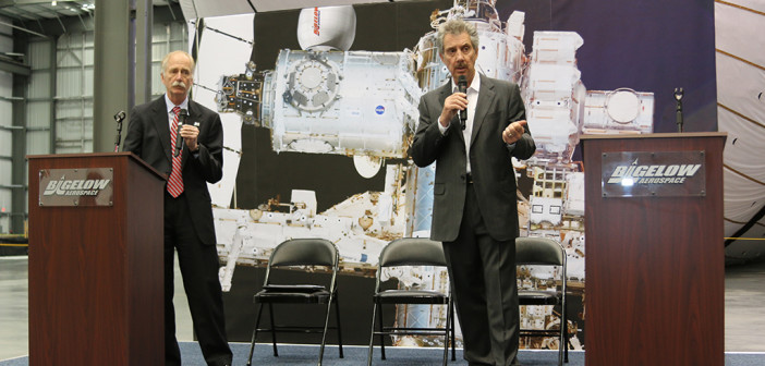 William Gerstenmaier (NASA) i Robert Bigelow (Bigelow Aerospace) na uroczystym zakończeniu prac nad BEAM, 12 marca 2015 / Credit: Bigelow Aerospace