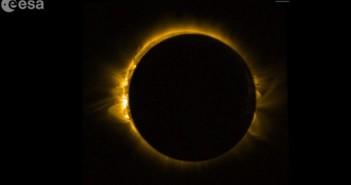 Zaćmienie Słońca obserwowane było nie tylko z Ziemi. Na zdjęciu fragment z materiału zebranego 20 marca 2015 roku przez instrument SWAP europejskiej sondy Proba-2. Standardowo za pomocą tej konfiguracji sprzętowej obserwowana jest powierzchnia naszej gwiazdy w zakresie ultrafioletu, co ukazuje jej turbulentną powierzchnię oraz koronę. Z uwagi na fakt, że Proba-2 wykonuje okrążenie Ziemi w czasie 100 minut, to za pomocą instrumentu SWAP udało się ujrzeć zaćmienie dwukrotnie! Źródło: ESA/ROB