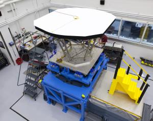 Model inżynieryjny osłony termicznej Solar Probe Plus w trakcie przygotowań do testów wibracyjnych / Credit: Johns Hopkins University Applied Physics Laboratory