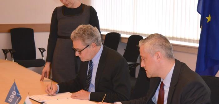 Ceremonia podpisania umowy ECS z Bułgarią, Sofia, 8 kwietnia 2015. Po lewej, dyrektor ESA ds. przemysłu, przetargów i działań prawnyc Eric Morel. Po prawej, minister gospodarki Bułgarii Bojidar Loukarski / Credit: Ministerstwo Gospodarki Bułgarii