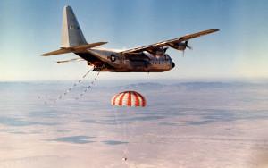 Samolot JC-130B przechwytuje kapsułę powrotną satelity Corona, Edwards AFB, rok 1969 / Credit: USAF