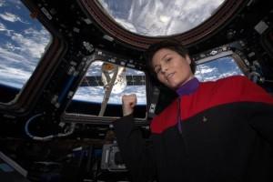 Samantha Cristoforetti z module Cupola (ubrana w strój ze Star Trecka) ze statkiem Dragon z misji CRS-6 w tle. Zdjęcie: Twitter, @AstroSamantha